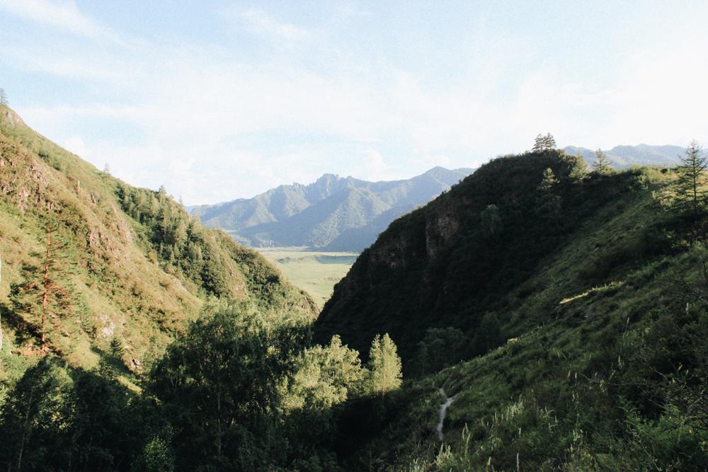 Горы недалеко от поселка Чемал