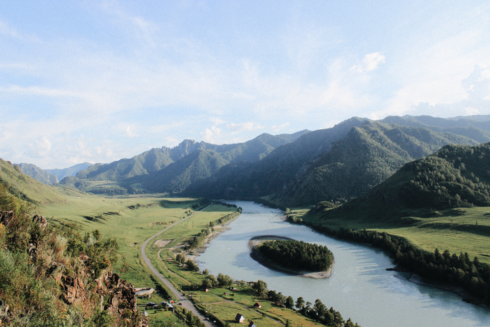 Вид на реку Катунь недалеко от поселка Чемал