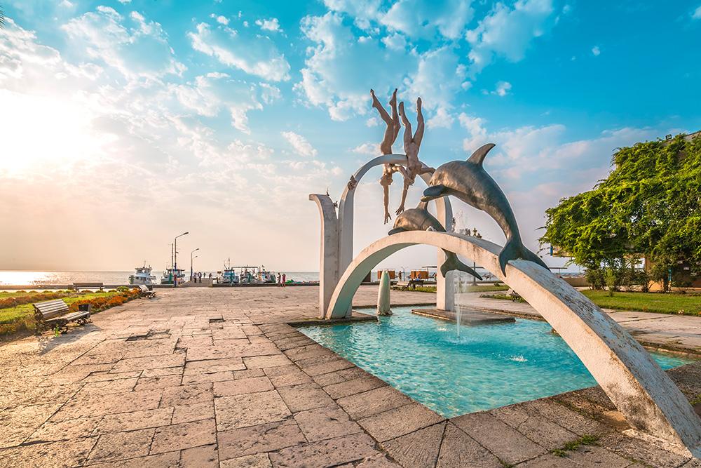 В Абхазии много необычных скульптур, установленных еще во времена Советского Союза. Это памятник ныряльщикам в Пицунде