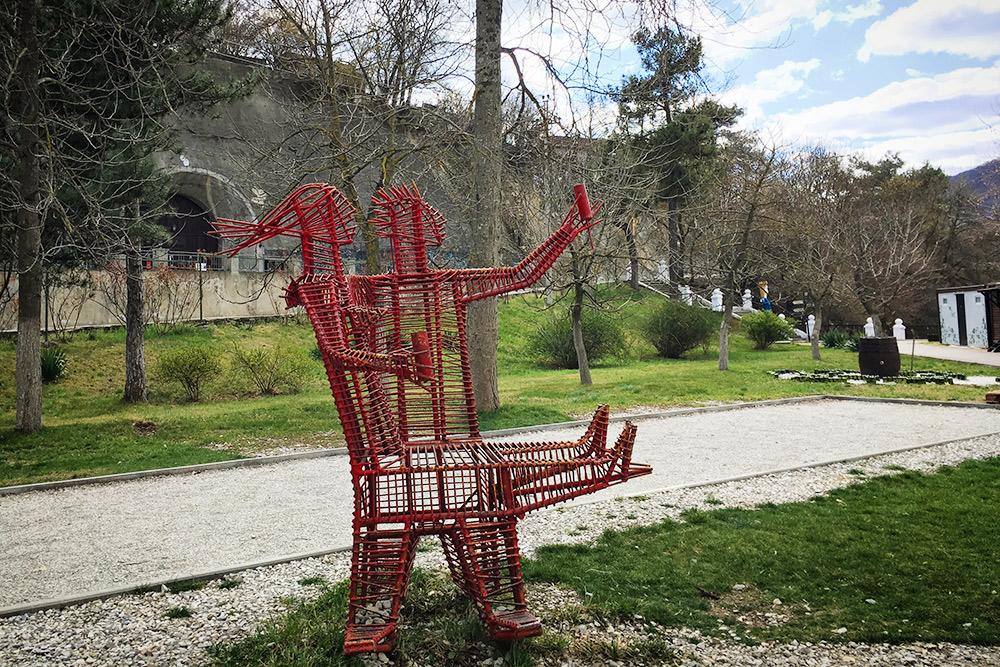 В парке рай для любителей фотографироваться с арт-объектами: их тут около 10 штук