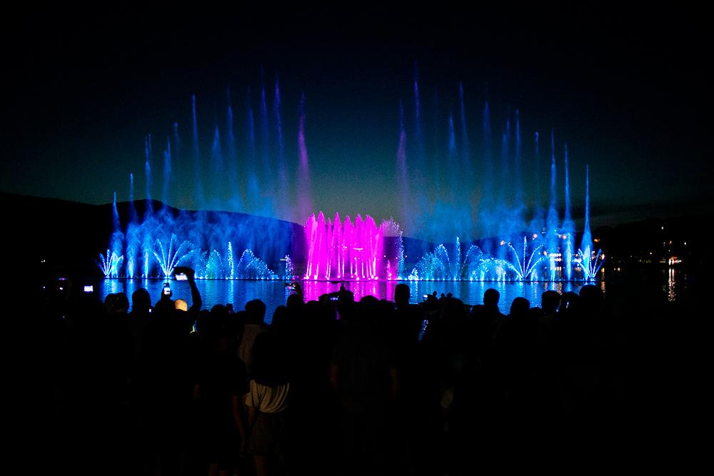 В летний сезон на озере каждый день по вечерам проходит светомузыкальное шоу фонтанов. Есливидели поющие фонтаны в Барселоне, шоу на озере Абрау врядли вас впечатлит. Но все равно посмотреть его собираются десятки туристов
