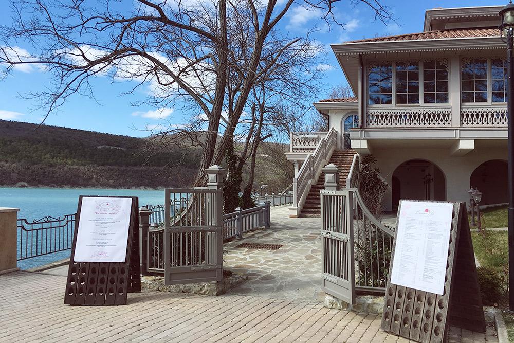 Ресторан «Вилла роз» стоит прямо у озера