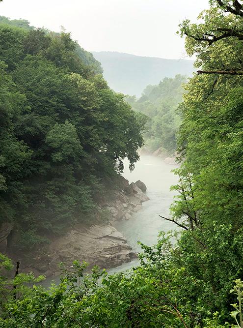 Река Белая — самый крупный приток Кубани. Ее течение очень быстрое, а шум от потока слышно далеко-далеко