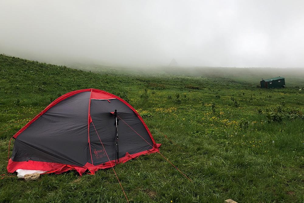 Нам досталась трехместная палатка. Убедитесь, что идете в поход с надежными людьми, с которыми готовы находиться бок о бок каждую ночь