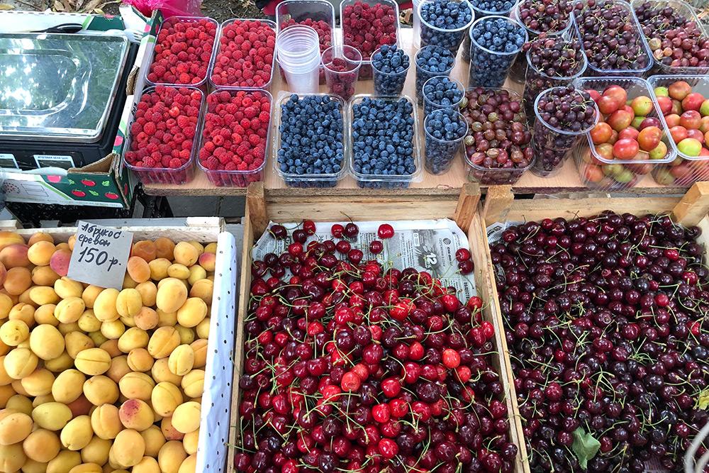 В июне хорошо ходить в поход: на рынке много фруктов и ягод. Правда, абрикосы ереванские