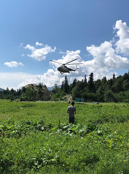 Вертолет летит спасать пострадавших. Бабушка-лесничий сказала, что это уже пятый раз за сезон