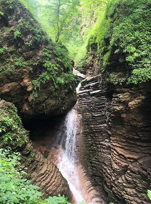 Руфабго — это злой великан из местных легенд. Огромный камень над водопадом — его сердце. Победил его, конечно, отважный джигит
