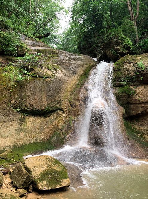 По пути встречаются несколько небольших водопадов. Идеальная локация для фото