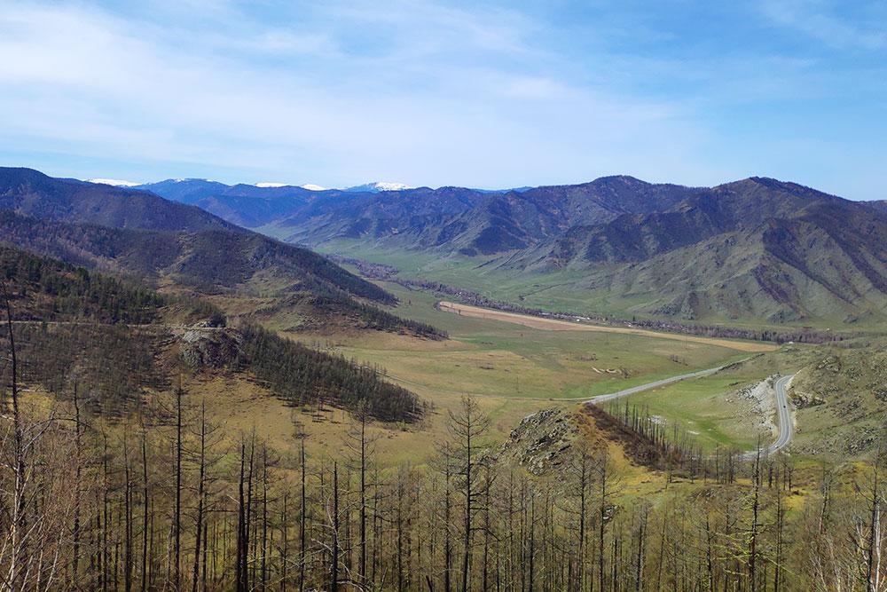 Вид с перевала Чике-Таман в мае. Внизу — лента Чуйского тракта и пробуждающаяся после зимы природа
