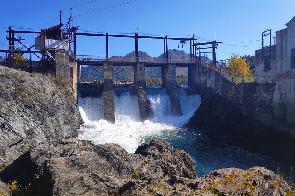 Чемальская ГЭС не работает с 2011 года. В машинном зале проводят экскурсии, вход стоит 150 рублей