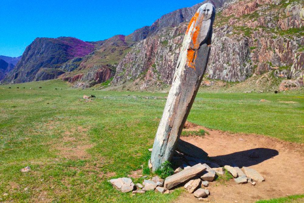 За перевалом Чике-Таман попадаются идолы для традиционных алтайских обрядов