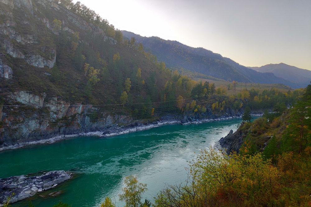 Осенью река становится бирюзовой, словно в нее вылили тонны краски