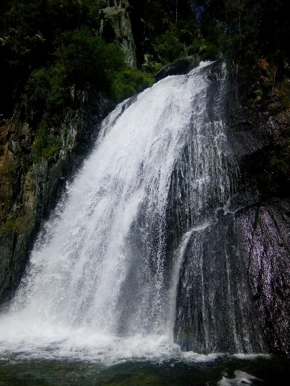 Водопад Корбу, который я увидела во время прогулки на теплоходе «Пионер Алтая»