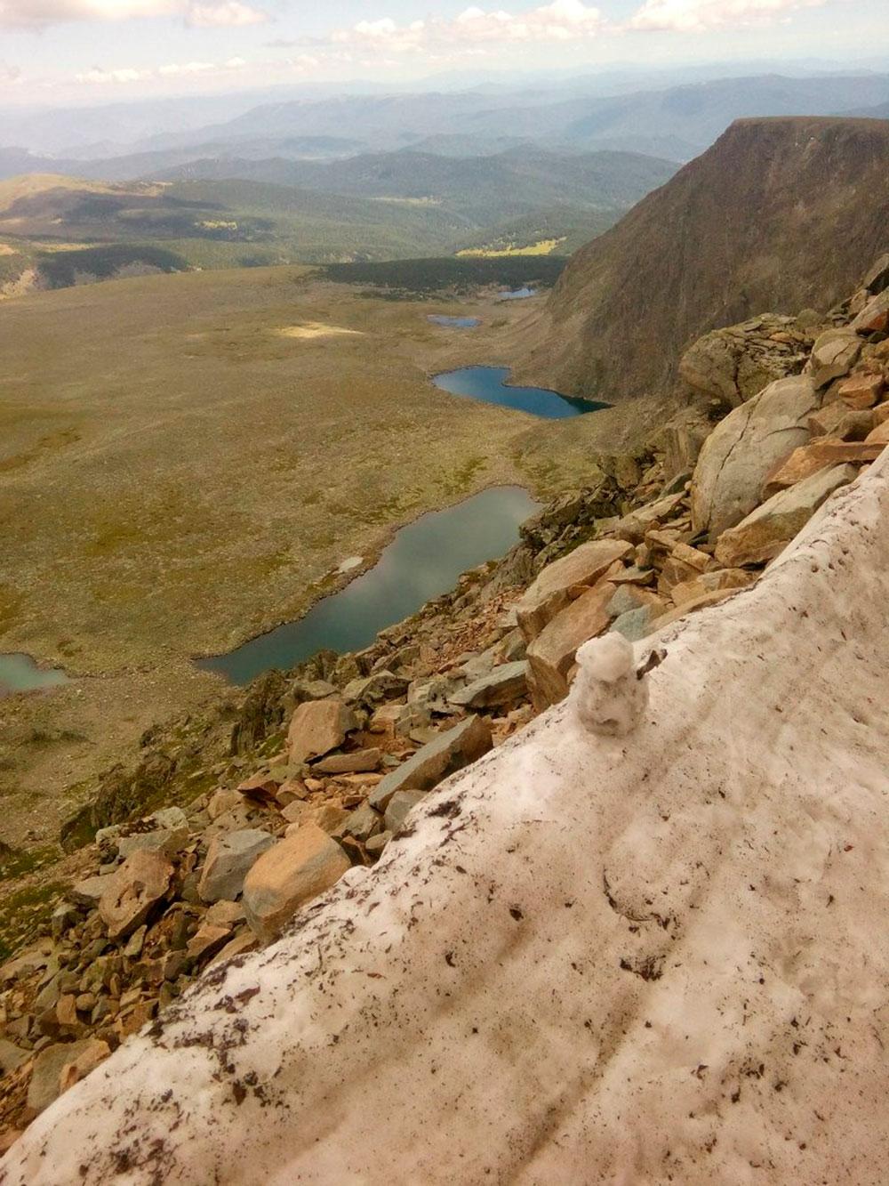 Вид на озера и прошлогодний снег в начале августа. На вершине горы Сарлык одни камни, растительности там нет