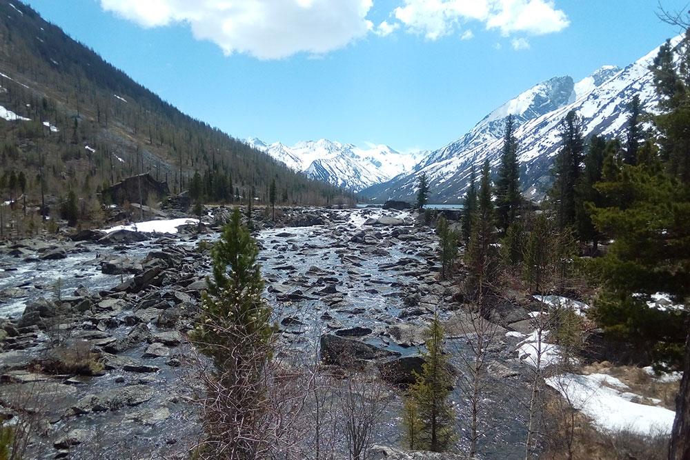 Мы прошли около 5 км по тропе вдоль бурлящего потока, который прорывается по огромным камням и соединяет Среднее и Нижнее озера. Этот поток называют Шумы