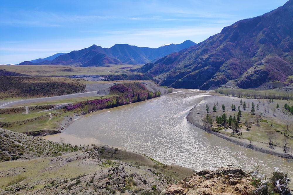 Преодолев перевал Чике-Таман, можно увидеть слияние Чуи и Катуни. Кто-то называет это местом силы, другие просто фотографируют и наслаждаются пейзажем