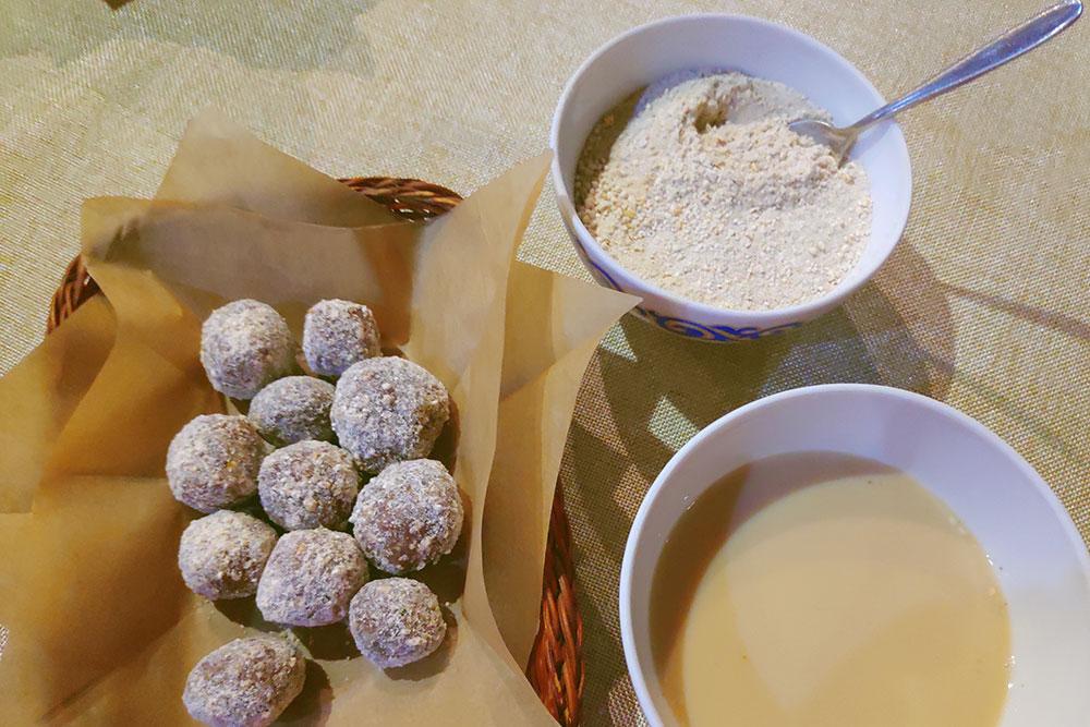 Настоящее лакомство для любителей десертов. Слева чок-чок, а справа алтайский чай на молоке с талканом, солью и сливочным маслом. Чашка чая стоит от 50 рублей в зависимости от заведения
