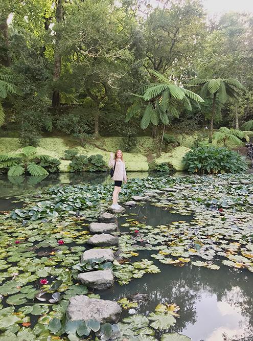 В парке «Терра-Ностра» туристы гуляют по озеру с водяными лилиями
