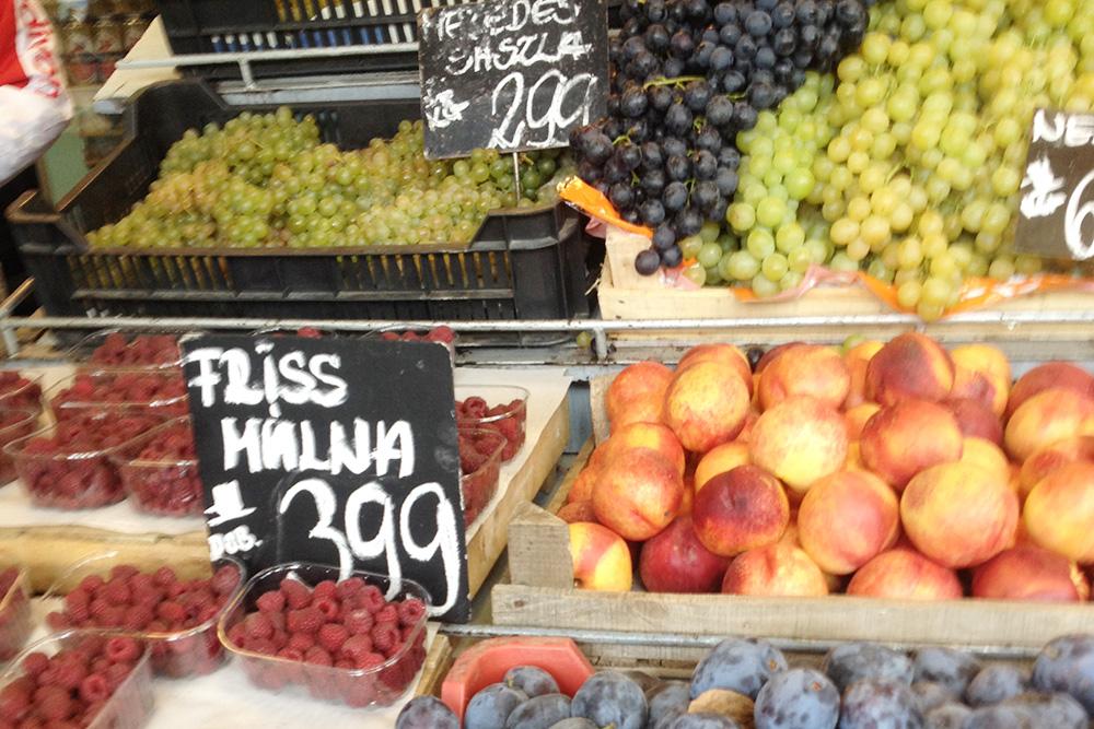Цены на ягоды и фрукты на рынке. Маленькая упаковка малины стоит 399 Ft (84<span class=ruble>Р</span>)