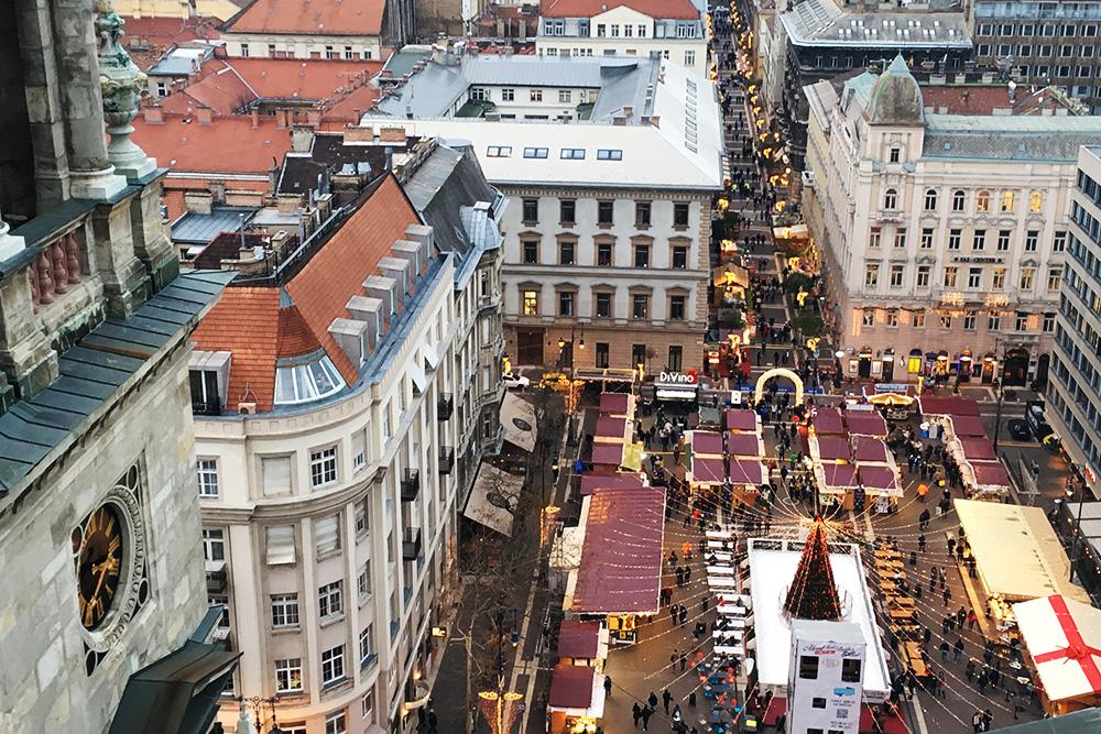 Рождественский рынок на площади перед базиликой