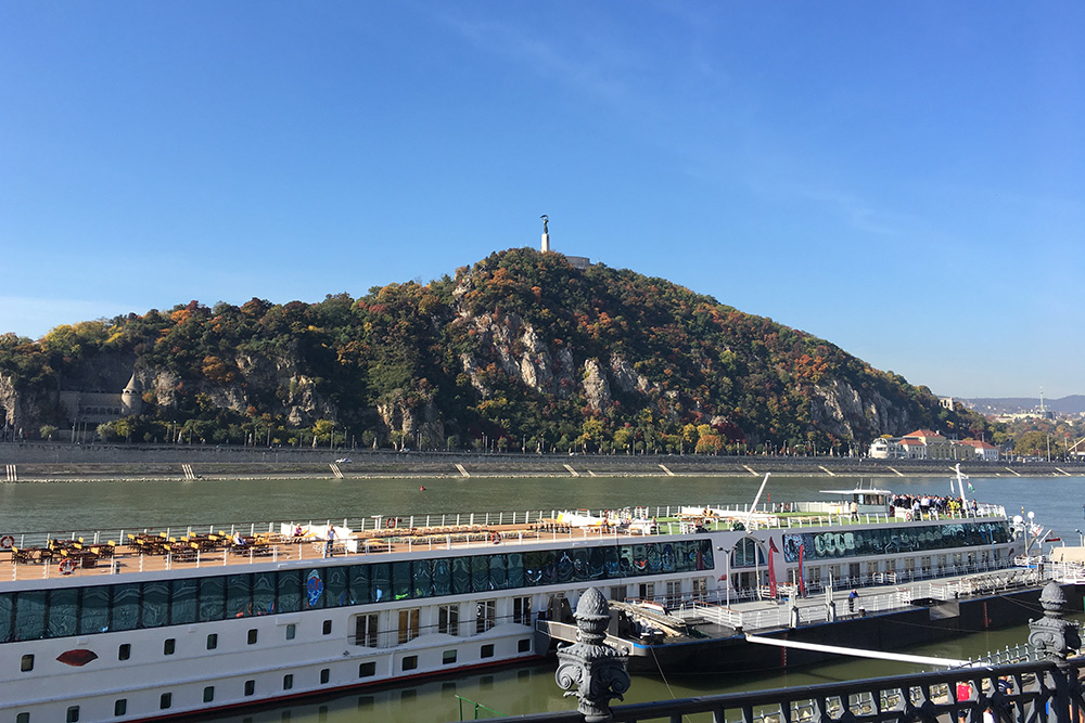 Вид с Пешта на Буду и холм Геллерт. На нем стоит местная статуя Свободы