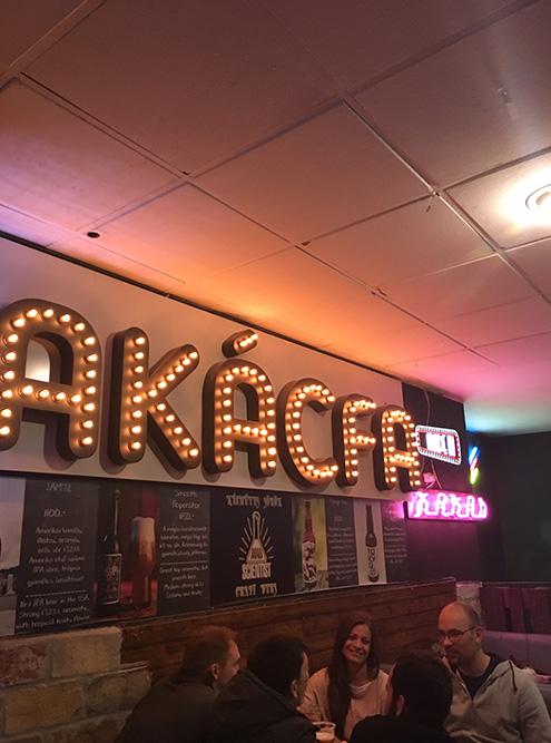 Популярная у венгров сеть баров Kakas, в переводе с венгерского «петух»