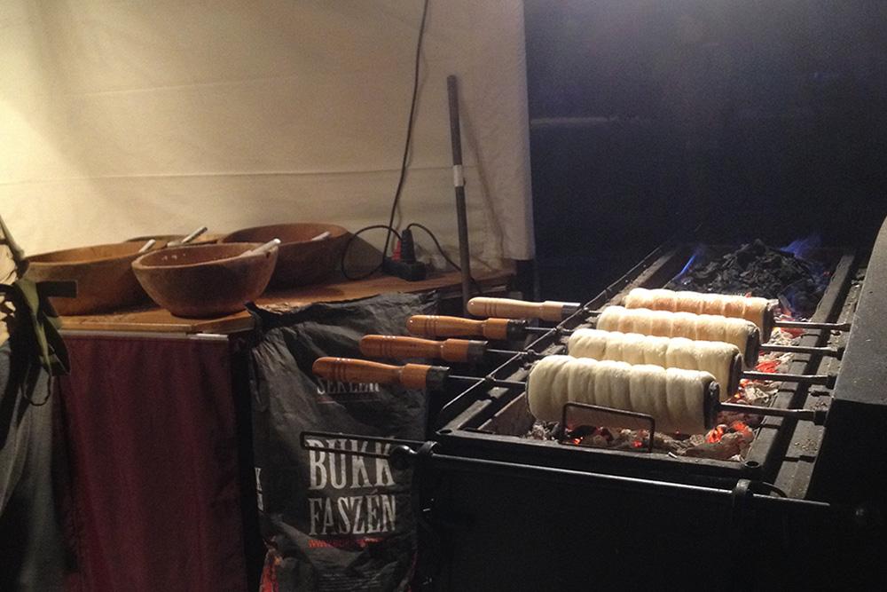 Кюртёшкалач готовят на углях, посыпают сахаром и ванилью. Можно купить на улицах города от 200 Ft (42<span class=ruble>Р</span>)