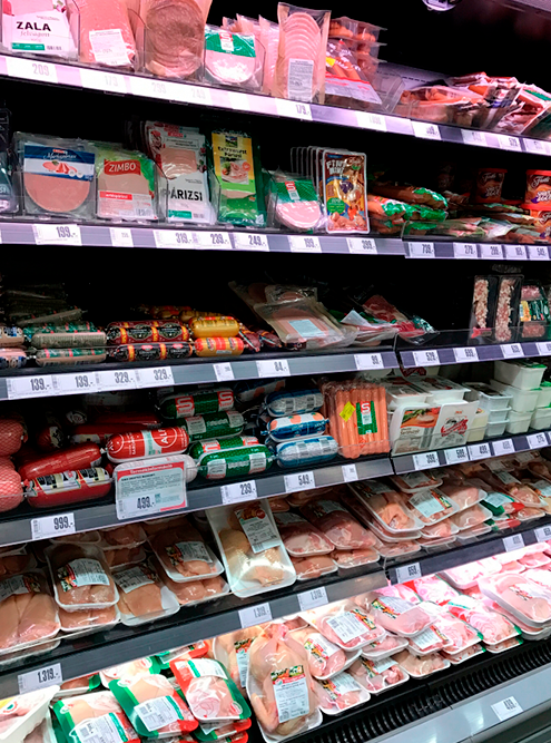 Витрина с мясом и колбасами в Spar: желтые ценники означают скидку