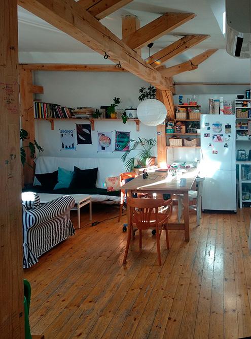 Типичная квартира в центре: деревянный пол, кухня совмещена с гостиной. Такую часто снимают три-четыре студента или молодых специалиста