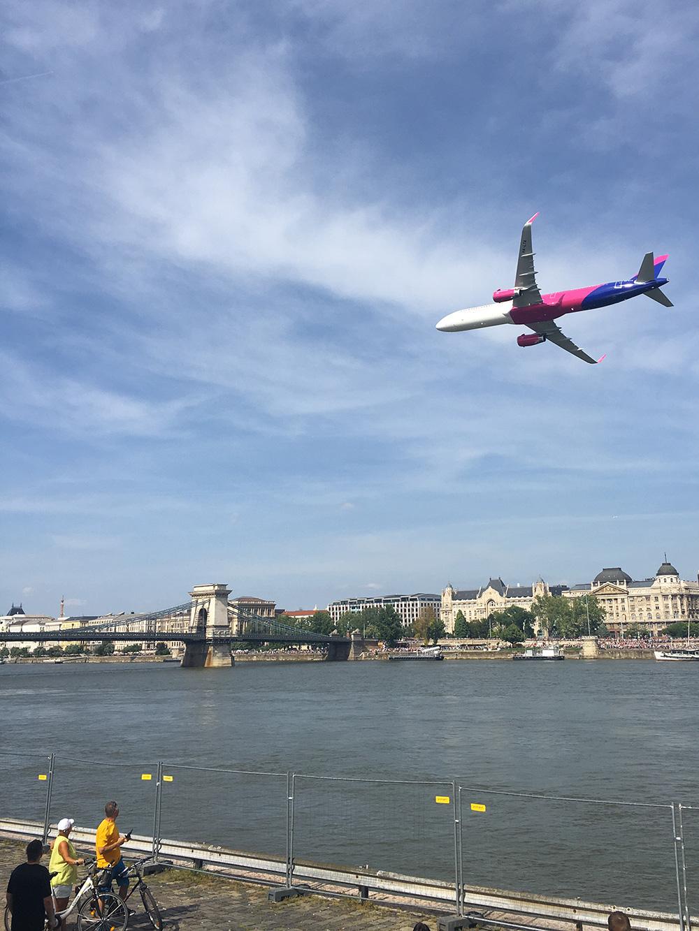 Самолет Wizz Air участвует в авиашоу в центре Будапешта. Они проходят в городе раз в год