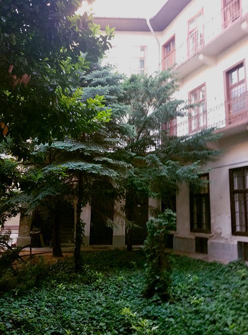 Во внутреннем дворике может быть сад или цветы в кадках