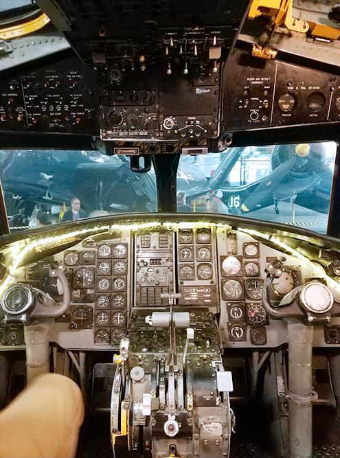 Внутри можно забраться в настоящие боевые самолеты и вертолеты