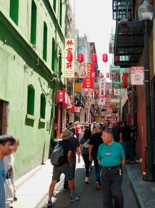 Мы быстро устали от суеты в китайском квартале и не заметили, какдошли до итальянской улочки