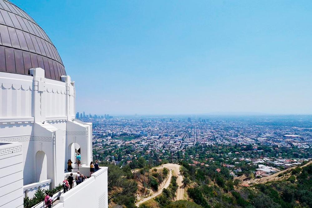 Вид на бескрайний Лос-Анджелес с открытой площадки обсерватории