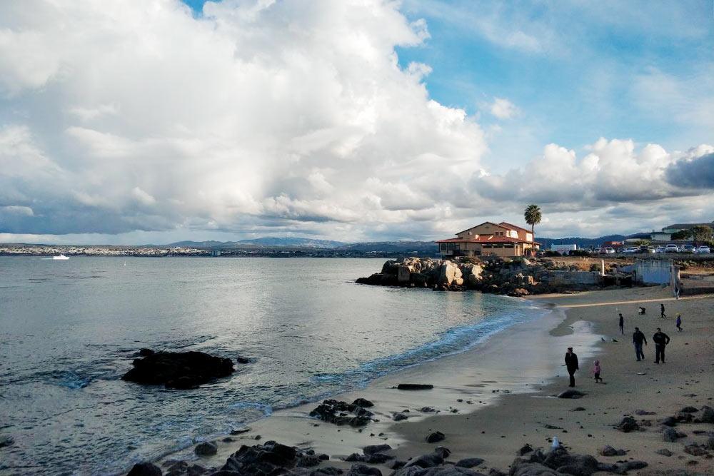 Тихий океан и пляж в рыбацком городе Монтерее