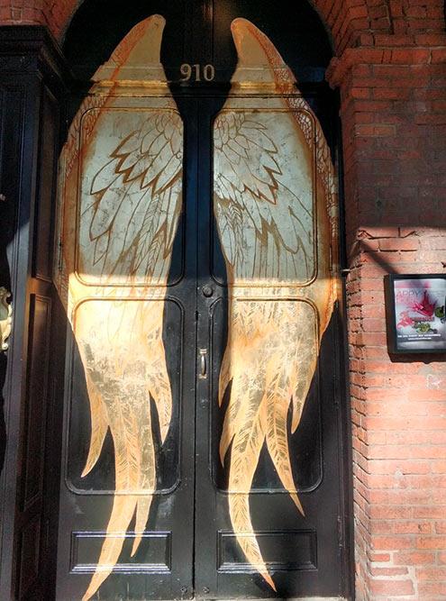 С золотыми крыльями сфотографировался каждый житель Сакраменто
