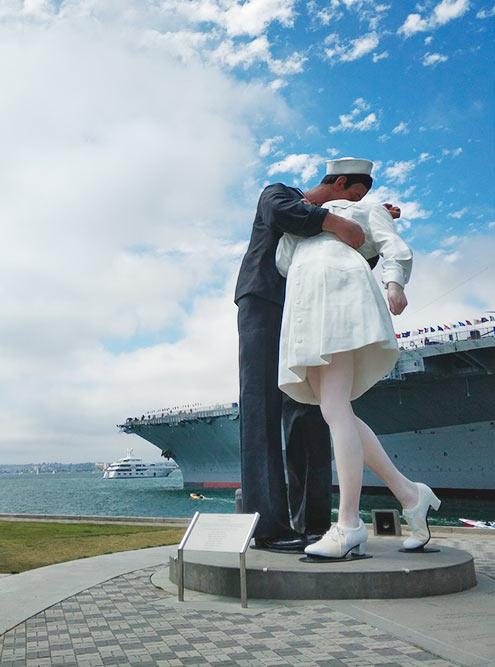 Статуя «Поцелуй моряка» высотой 7,5 метра установлена у авианосца