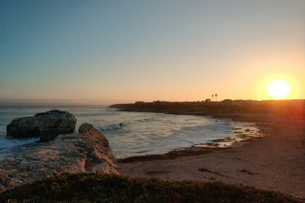 Закат на пляже в Санта-Крузе. Там можно взять уроки серфинга стоимостью от 70$ (4480<span class=ruble>Р</span>) с человека