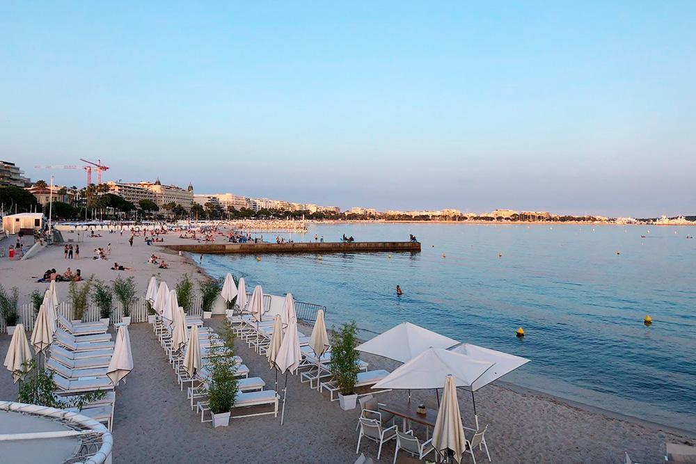 Частные платные территории на многих пляжах чередуются с бесплатными