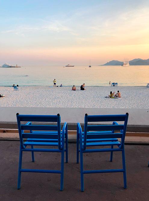 В пятидесятые годы на набережной Ниццы поставили синие деревянные стулья, которые стали символом города. Сейчас их можно увидеть и в Каннах