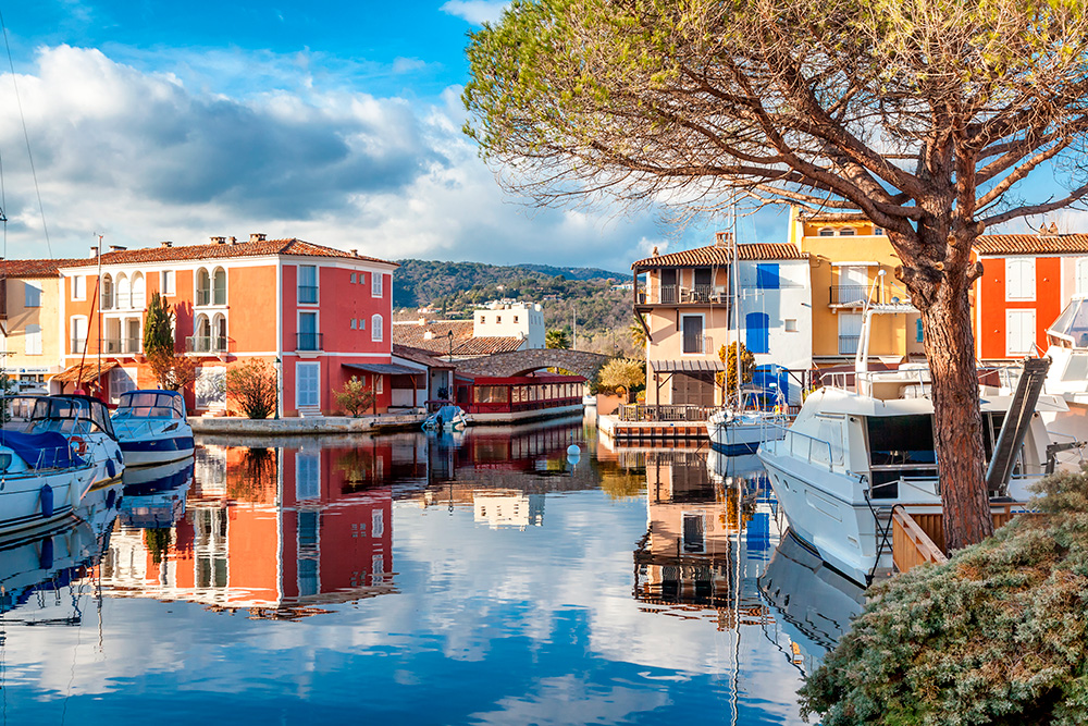 Некоторые яхты в Порт Гримо кажутся больше, чем дома. Источник: Olesya Kuznetsova / shutterstock.com