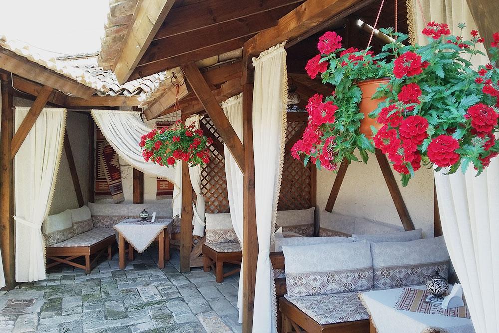 В кофейне «Кезлев къавеси» очень уютная открытая терраса