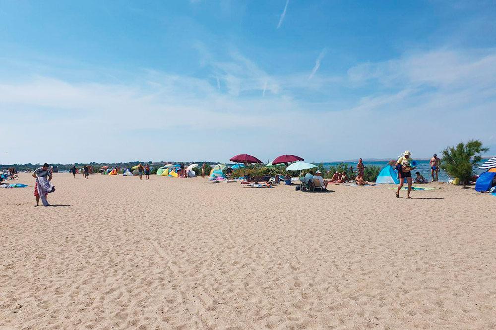 В Нине песчаные пляжи. Почти все отдыхают на своих ковриках, и мы тоже