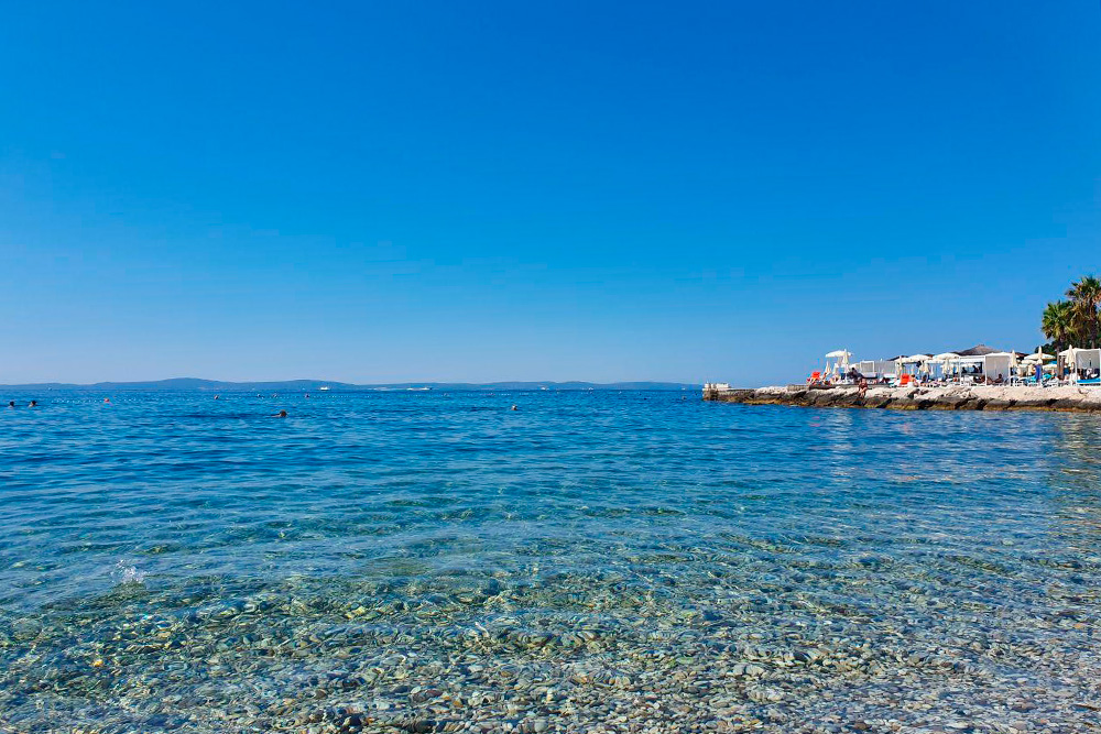 В Сплите чистая вода и пологий вход в море, но пляжи — вот такая галька