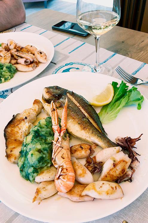 Рыба, лангустин и кальмары на гриле — обычное блюдо в ресторанах на побережье. Очень вкусно: все это еще недавно плавало в море, поэтому свежее, мягкое и нежное