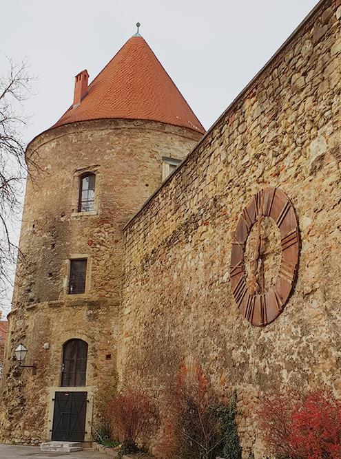 В историческом центре сохранились здания разных эпох: барочные дворцы, романские дома