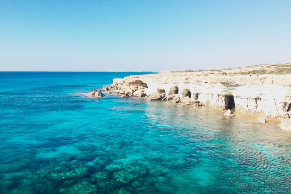 Бирюзовая морская вода в сочетании со светлым песчаником притягивают к пещерам активных пользователей Инстаграма