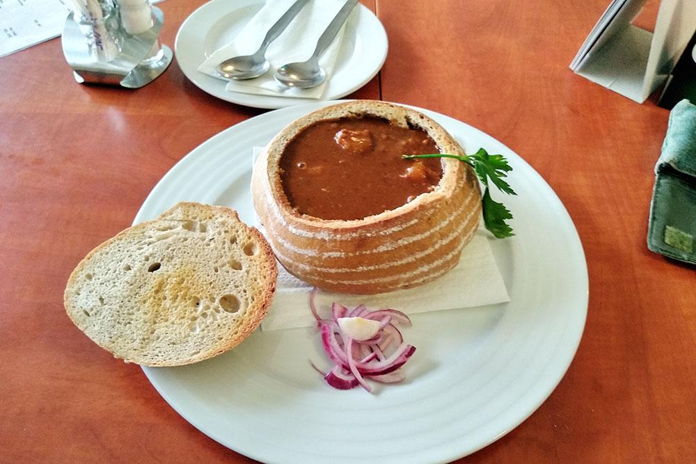 Полевка — чешский мясной суп. Иногда его подают прямо в хлебе. Суп съедают вместе с «тарелкой». Эта порция стоила 129 Kč (361 р.)