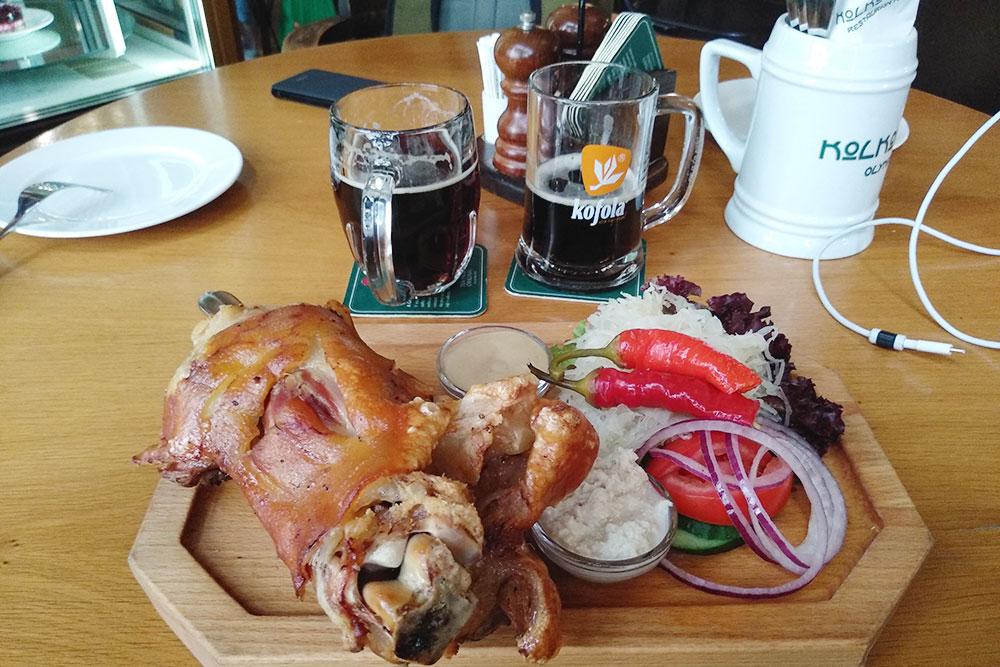Свиное колено с квашеной капустой, перцем, зеленью и соусами. Порция стоит 289 Kč (809 р.)