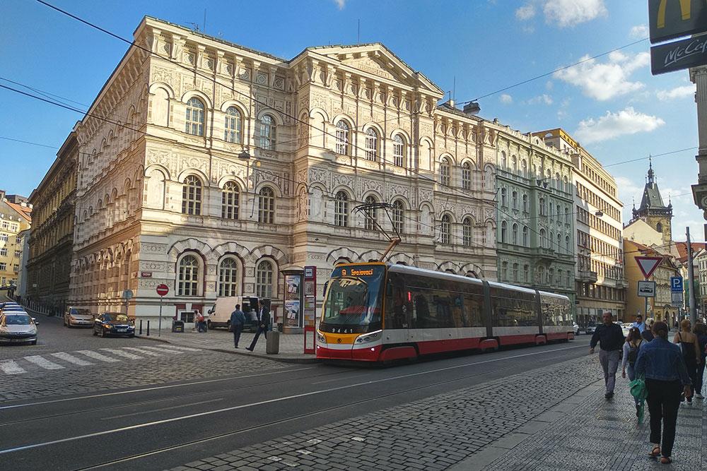 Новые трамваи марки «Шкода» трехсекционные, внутри нет перегородок